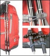 Bâtons de randonnée rangés sur un sac à dos