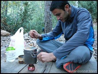 Nicolas cuisine à côté du refuge de Carozzu