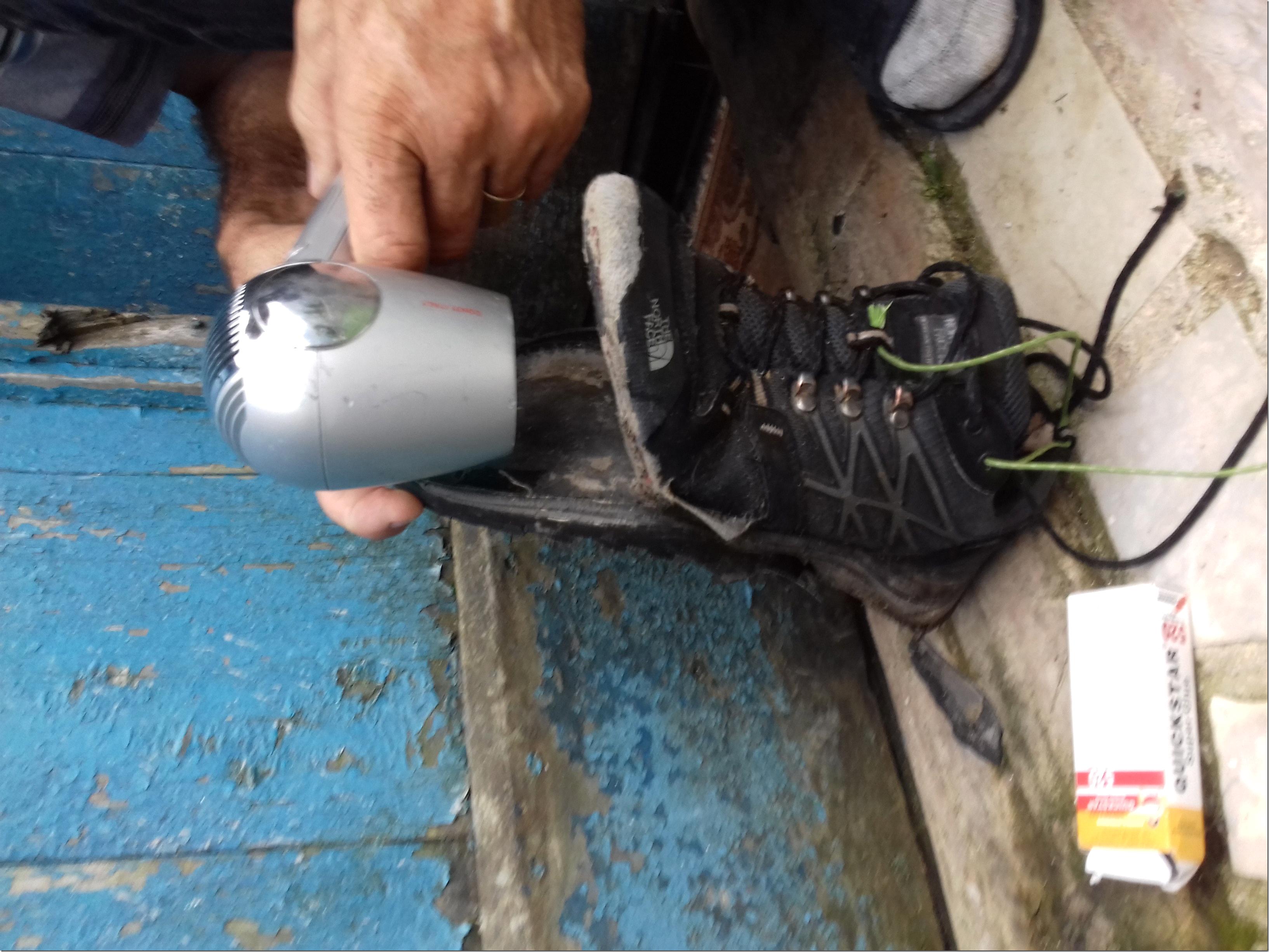 Réparation de mes chaussures sur la Via Dinarica