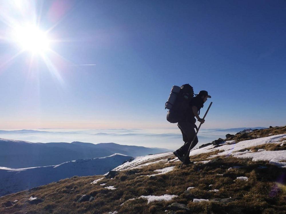 La grimpette dans les montagnes enneigées de Bulgarie